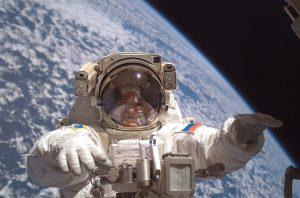 Российские космонавты провели шестичасовую работу в открытом космосе 2