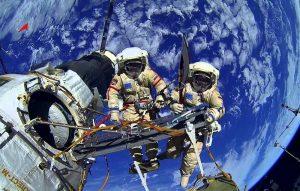Российские космонавты провели шестичасовую работу в открытом космосе